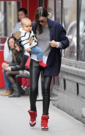 https://victoriadiazs.files.wordpress.com/2012/08/miranda-kerr-son-flynn-isabel-marant-navy-bekket-high-top-velcro-suede-sneakers.jpg?w=188